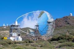 Reflexiones en el telescopio MÁGICO en el La Palma Island, islas Canarias, España fotografía de archivo