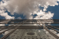 Reflexiones en la fachada de cristal Foto de archivo