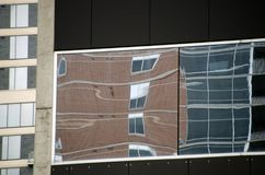 Reflexiones en la pared de cristal en la segunda calle Fotos de archivo