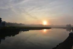 Reflexiones en la salida del sol en un día de niebla en Duxbury Foto de archivo