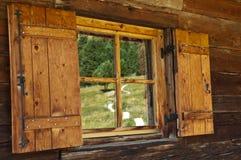 Reflexiones en la ventana del refugio Fotos de archivo libres de regalías