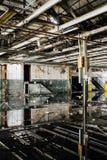 Reflexiones en las aguas inmóviles - fábrica nacional abandonada de la cumbre - Cleveland, Ohio Fotografía de archivo