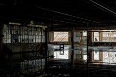 Reflexiones en las aguas inmóviles - fábrica nacional abandonada de la cumbre - Cleveland, Ohio imágenes de archivo libres de regalías