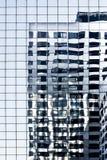 Reflexiones en rascacielos azul del glassdel aImagen de archivo libre de regalías