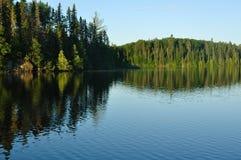 Reflexiones en un lago wilderness Foto de archivo