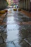 Reflexiones en un pavimento mojado en Madrid Imagenes de archivo