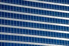 Reflexiones en ventanas de la oficina Imágenes de archivo libres de regalías