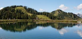 Reflexiones gemelas de las colinas Imagenes de archivo