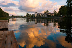 Reflexiones hermosas del cielo en el río de Emajogi en Tartu Imagenes de archivo