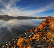 Reflexiones hermosas del lago con el cielo azul agradable Imagen de archivo libre de regalías