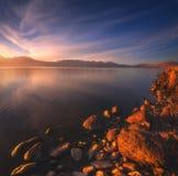 Reflexiones hermosas del lago con el cielo azul agradable Imagen de archivo