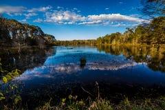 Reflexiones en las aguas inmóviles del lago Creekfield. Fotos de archivo