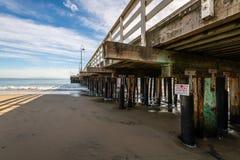 Reflexiones a lo largo de Santa Cruz Beach Boardwalk fotos de archivo