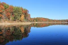 Reflexiones profundas en noviembre en Walden Pond En noviembre de 2015 Imagen de archivo libre de regalías