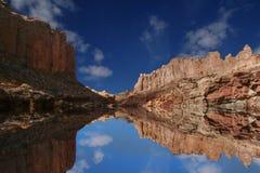Reflexiones rojas de la roca imagenes de archivo