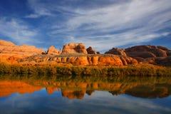 Reflexiones rojas del río de la roca Imagen de archivo