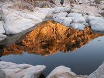 Reflexiones rojas y paisaje blanco de las rocas Imágenes de archivo libres de regalías