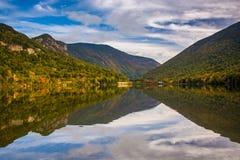 Reflexiones tempranas de la caída en Echo Lake, en el estado P de la muesca de Franconia Fotografía de archivo libre de regalías