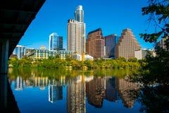 Reflexions-Townsee-Austin Texas Skyline Under South Congress-Alleen-Brücke noch der Colorado Stockbild