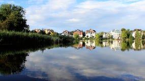 Reflexionsbyggnadsblått ny luft för sjö fotografering för bildbyråer