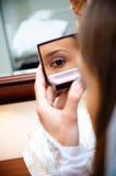 Reflexionsmädchen in einem Spiegel Stockbild