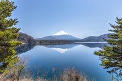 Reflexionsplats av Mount Fuji på Motosu sjön Arkivbild