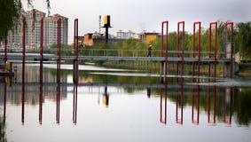 reflexionsshanghai för bro röda förorter Royaltyfri Bild