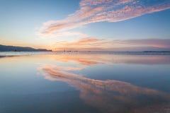 Reflexionssoluppgång eller solnedgångsikt med det orange molnet och blå himmel Royaltyfria Foton