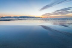 Reflexionssoluppgång eller solnedgångsikt med det orange molnet och blå himmel Fotografering för Bildbyråer