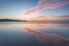 Reflexionssoluppgång eller solnedgångsikt med det orange molnet och blå himmel Royaltyfri Fotografi