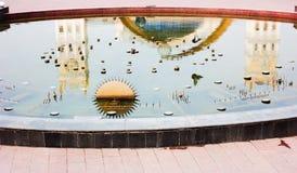 Reflexionsstation im Brunnen mit der Taube Stockfotos