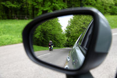 Reflexão da estrada de floresta, verde da opinião de espelho de condução do carro do rearview Fotos de Stock Royalty Free