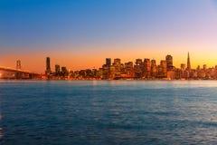Reflexão da água da baía de Califórnia da skyline do por do sol de San Francisco Imagens de Stock