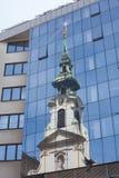 Reflexão da igreja na fachada de vidro moderna Fotografia de Stock Royalty Free