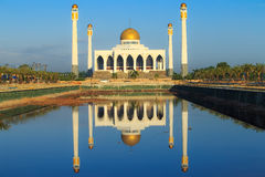 Reflexo da mesquita na água, Tailândia Imagem de Stock Royalty Free