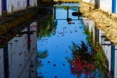 Reflexo do céu na rua de Paraty Fotos de Stock