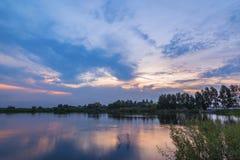 Reflexo do por do sol no lago fotos de stock royalty free