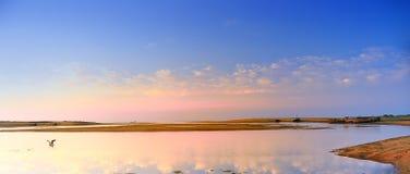A reflexão do por do sol no mar Fotografia de Stock Royalty Free