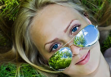 Reflexão do verão nos óculos de sol da mulher Fotografia de Stock