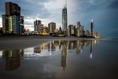 Reflexão dos apartamentos dentro na praia Surfistas paraíso, Gold Coast Foto de Stock Royalty Free