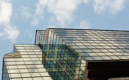Reflexão na fachada do edifício alta tecnologia do estilo Fotografia de Stock
