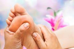Reflexologist som gör massage fotografering för bildbyråer