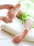 Reflexology femenino del pie en balneario foto de archivo libre de regalías