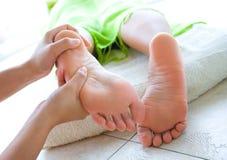 Reflexology femenino del pie en balneario Imagen de archivo libre de regalías