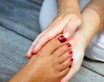 Reflexology Frauenfuss-Massagetherapie stockbilder