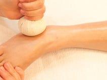 Reflexology Fußmassage durch Kugelkraut Stockbilder