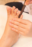 Reflexology Fußmassage durch Steuerknüppelholz Lizenzfreies Stockfoto