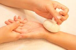 Reflexology Handmassage durch die Kugel Kräuter Lizenzfreie Stockbilder