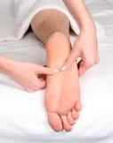 Reflexologymassage van de voet Stock Foto's