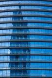 Reflextion στο σύγχρονο μπλε γυαλί των παραθύρων γραφείων Στοκ Εικόνα